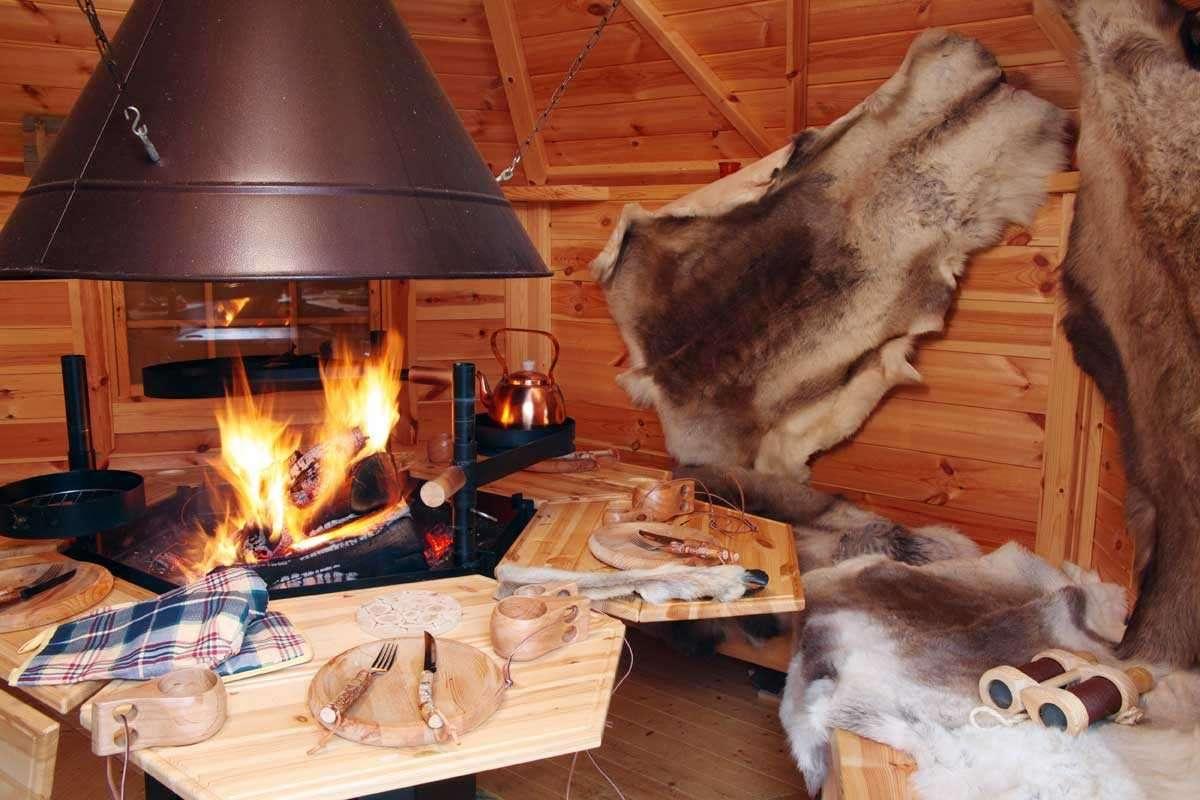 Grillkota Kauri 3833 mit roten Dachschindeln und großem Lapplandpaket